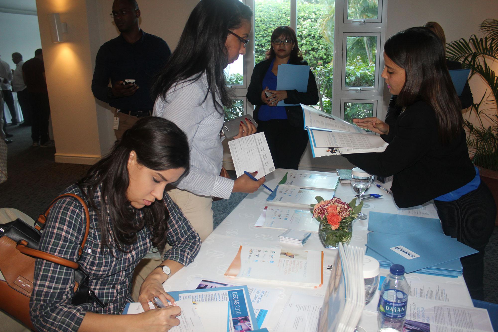 El Programa de Becas de FUNIBER recibido con gran interés en la FIEP de República Dominicana