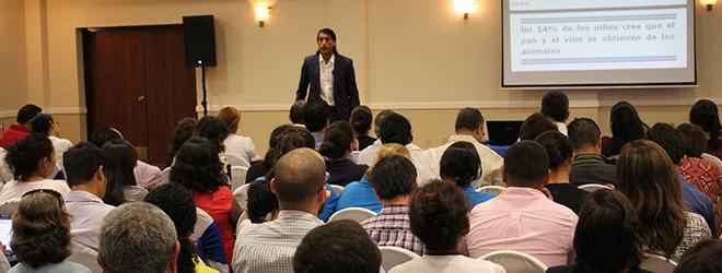 Docentes y profesionales de la educación superior de Nicaragua asisten a la conferencia de Santiago Tejedor