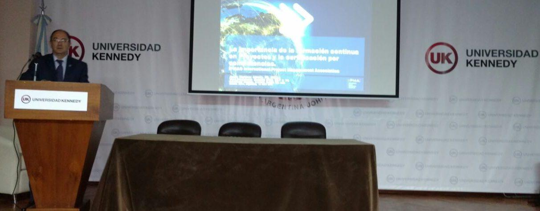 Profesionales de distintos ámbitos asisten a conferencia sobre proyectos en Argentina