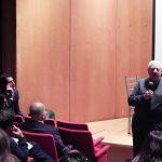 Profesores y estudiantes asisten a la conferencia de Santiago Tejedor en Argentina