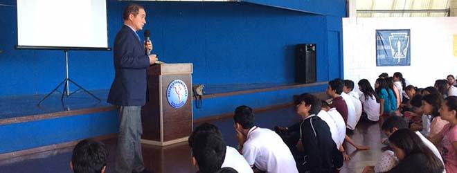 Alumnos de la Escuela Panamericana asisten a conferencia sobre la alimentación durante la adolescencia