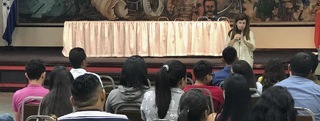 El ciclo de conferencias de Elvira Carles cosecha gran éxito de asistencia