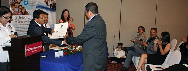 Alumnos becados por FUNIBER celebran acto de entrega de títulos en El Salvador