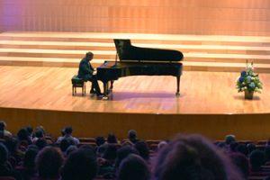 el-pianista-espanol-jose-luis-nieto-cautiva-en-ecuador-interpretando-la-suite-iberia