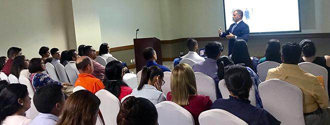 Conferencia sobre educación del Dr. Rubén Calderón en Honduras