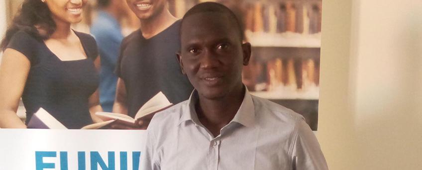 FUNIBER entrega su diploma a alumno becado de Senegal